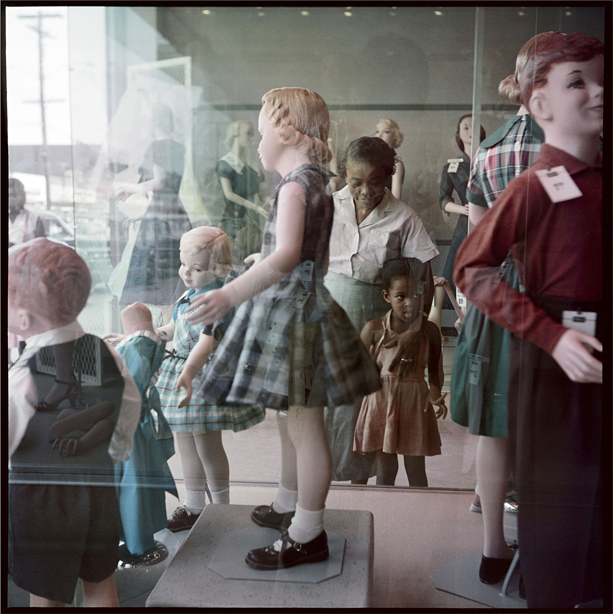 Gordon Parks, Ondria Tanner and Her Grandmother Window-shopping, Mobile, Alabama, 1956, Copyright: The Gordon Parks Foundation